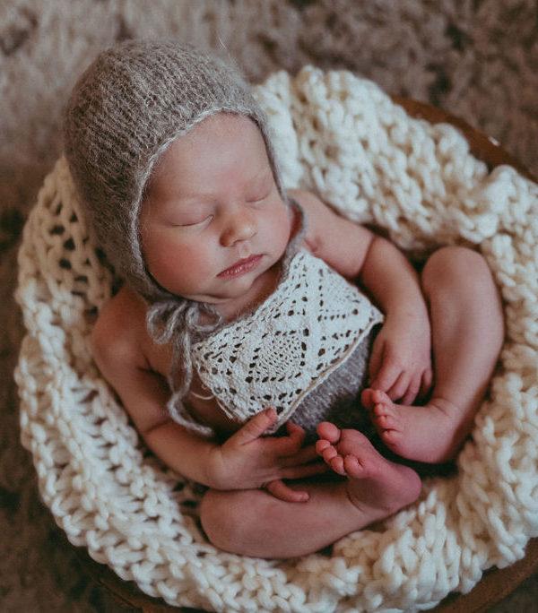 bebe recien nacido en gris