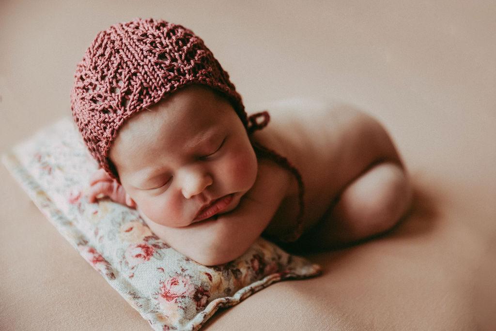 bebe recien nacido con gorro  color vino
