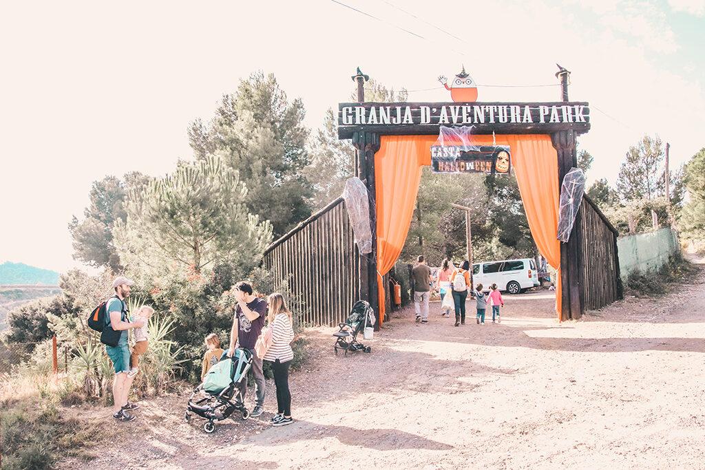 Entrada a Granja Aventura Park celebrando castahalloween