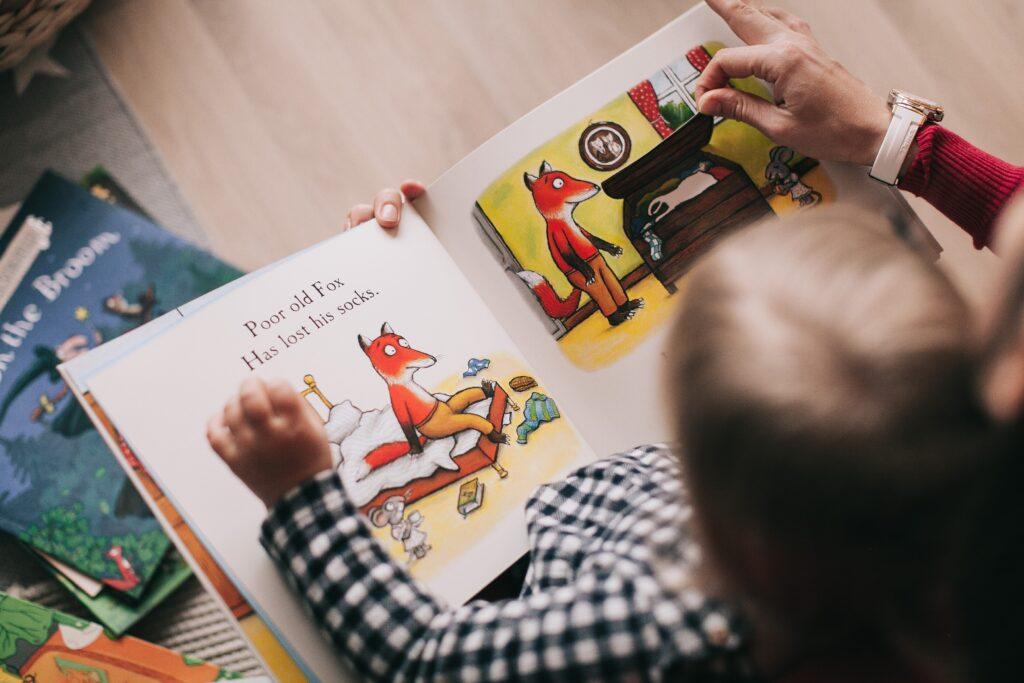 bebé leyendo un cuento