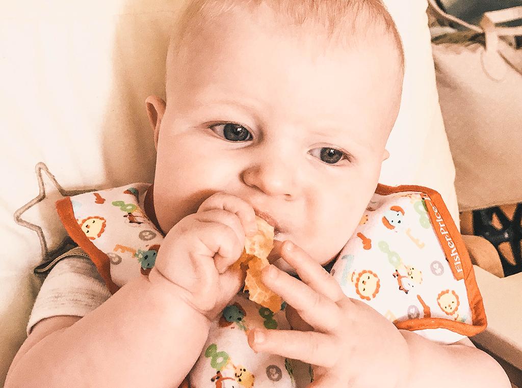 bLW bebé 6 meses comiendo naranja
