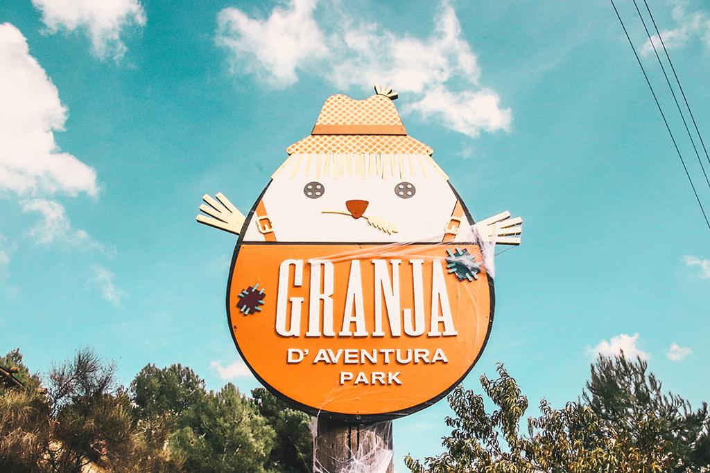 CArtel de bienvenida a Granja Aventura Park