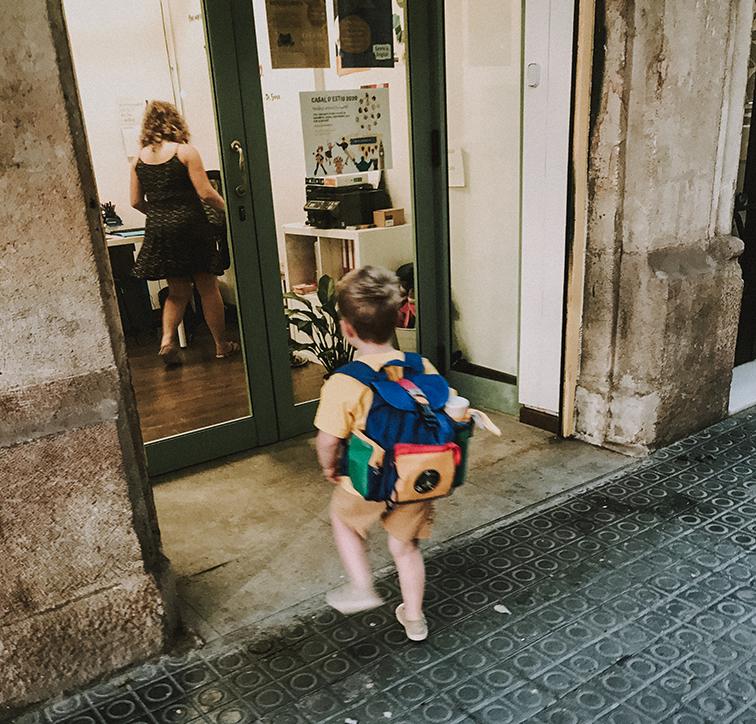 niño entrando en la escuela de ingles