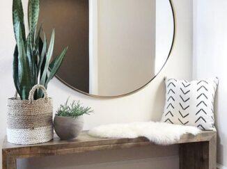 espejo grande y banco de madera
